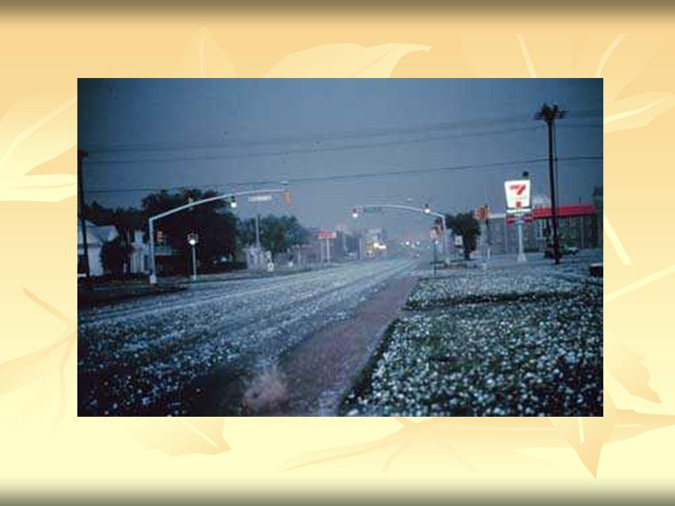 Śnieg Opad atmosferyczny w postaci kryształków lodu o kształtach głównie sześcioramiennych gwiazdek, łączących się w płatki śniegu.