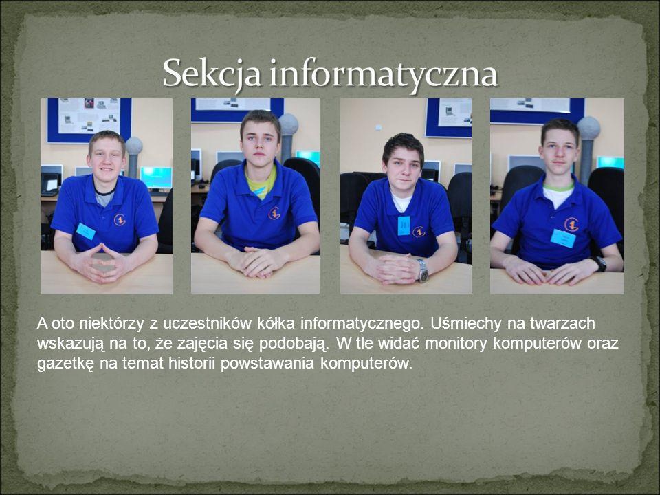A oto niektórzy z uczestników kółka informatycznego. Uśmiechy na twarzach wskazują na to, że zajęcia się podobają. W tle widać monitory komputerów ora