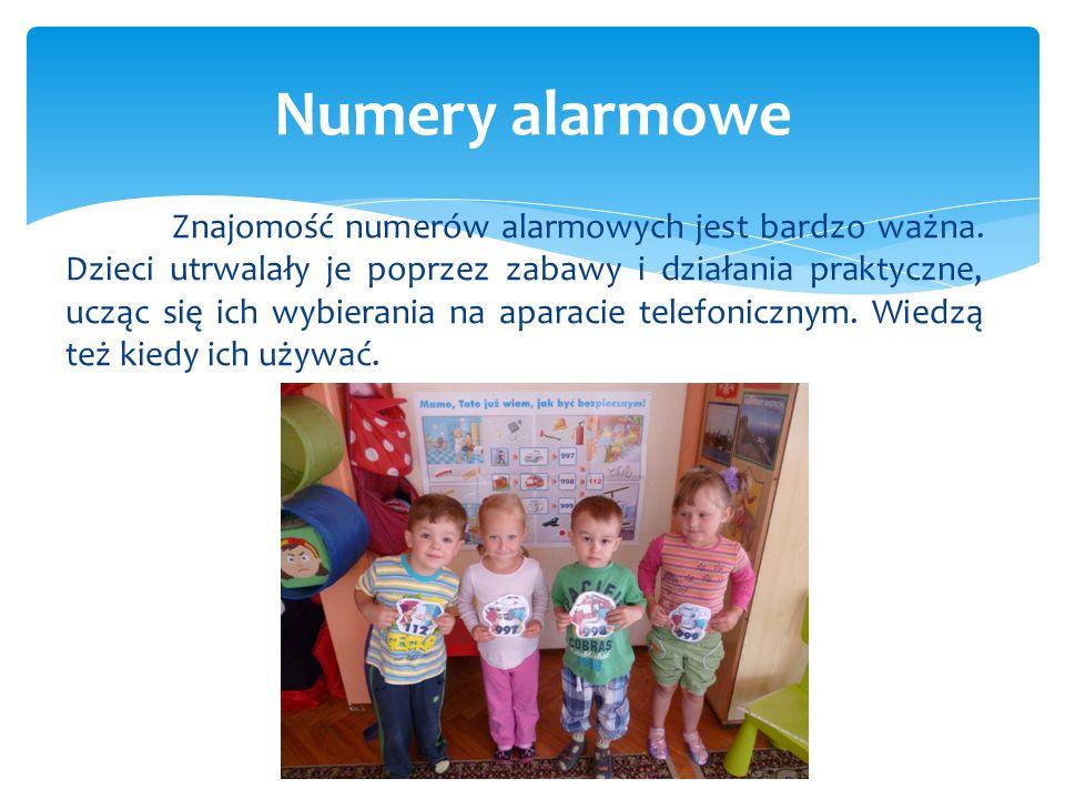 Znajomość numerów alarmowych jest bardzo ważna. Dzieci utrwalały je poprzez zabawy i działania praktyczne, ucząc się ich wybierania na aparacie telefo