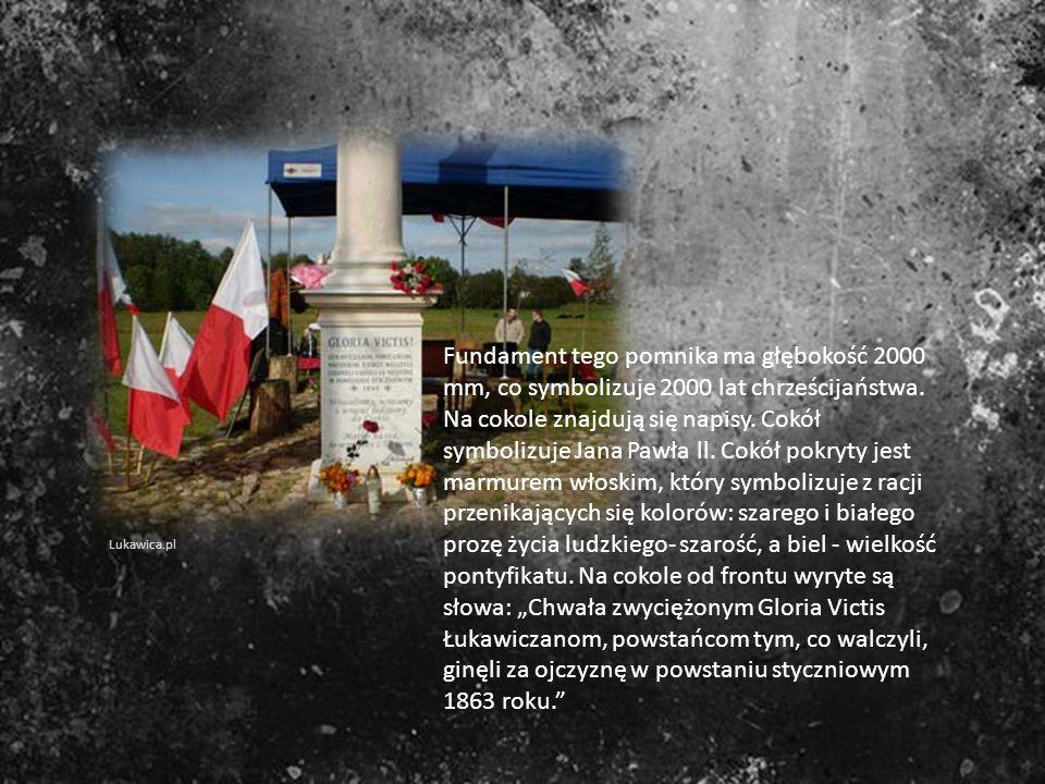 Fundament tego pomnika ma głębokość 2000 mm, co symbolizuje 2000 lat chrześcijaństwa. Na cokole znajdują się napisy. Cokół symbolizuje Jana Pawła ll.