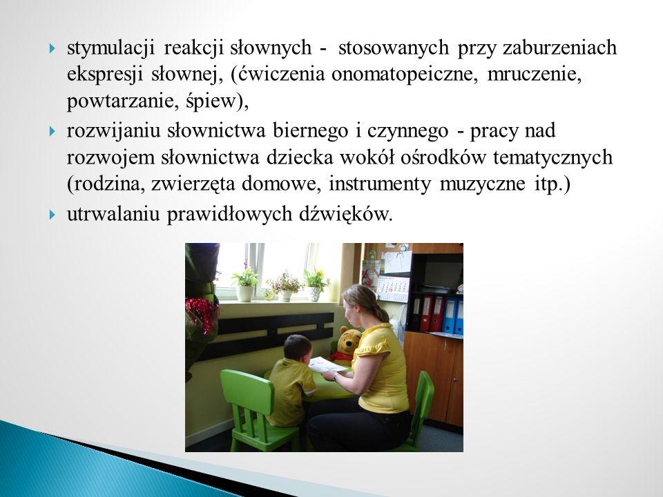 stymulacji reakcji słownych - stosowanych przy zaburzeniach ekspresji słownej, (ćwiczenia onomatopeiczne, mruczenie, powtarzanie, śpiew), rozwijaniu s