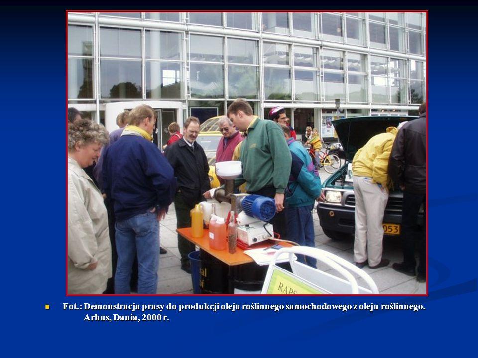 Fot.: Demonstracja prasy do produkcji oleju roślinnego samochodowego z oleju roślinnego. Arhus, Dania, 2000 r. Fot.: Demonstracja prasy do produkcji o