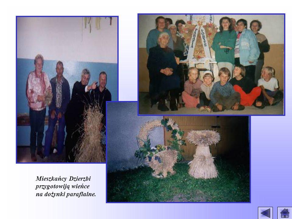 Mieszkańcy Dzierzbi przygotowiją wieńce na dożynki parafialne.