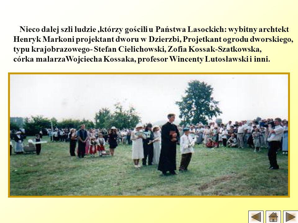 Nieco dalej szli ludzie,którzy gościli u Państwa Lasockich: wybitny archtekt Henryk Markoni projektant dworu w Dzierzbi, Projetkant ogrodu dworskiego,