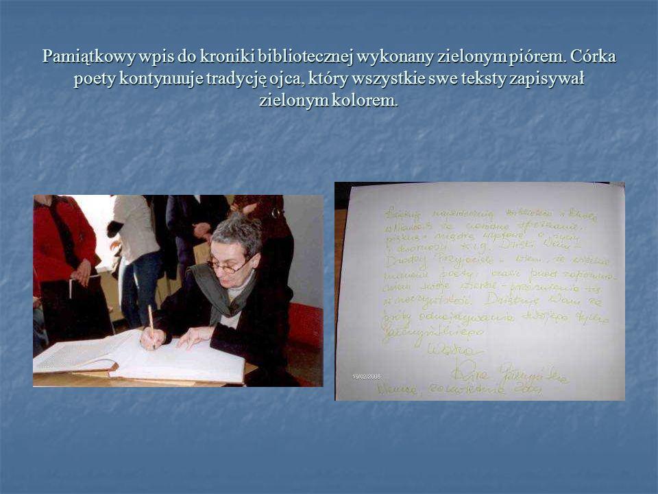 Pamiątkowy wpis do kroniki bibliotecznej wykonany zielonym piórem. Córka poety kontynuuje tradycję ojca, który wszystkie swe teksty zapisywał zielonym