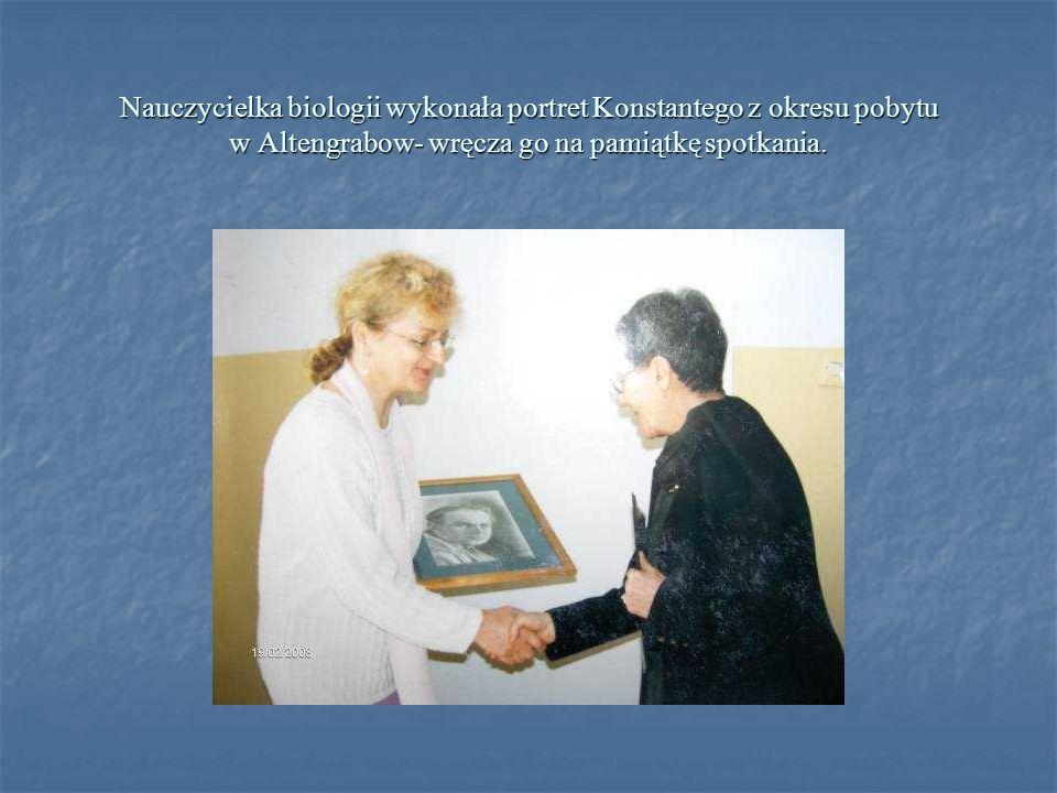 Nauczycielka biologii wykonała portret Konstantego z okresu pobytu w Altengrabow- wręcza go na pamiątkę spotkania.