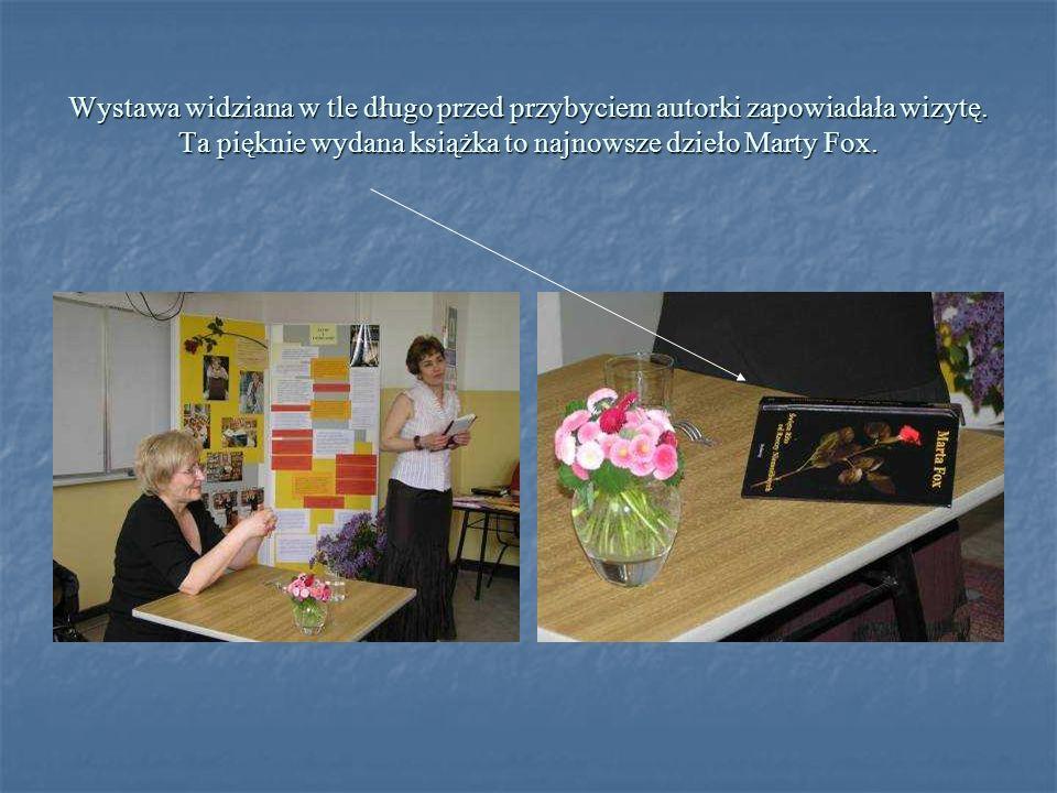 Wystawa widziana w tle długo przed przybyciem autorki zapowiadała wizytę. Ta pięknie wydana książka to najnowsze dzieło Marty Fox.