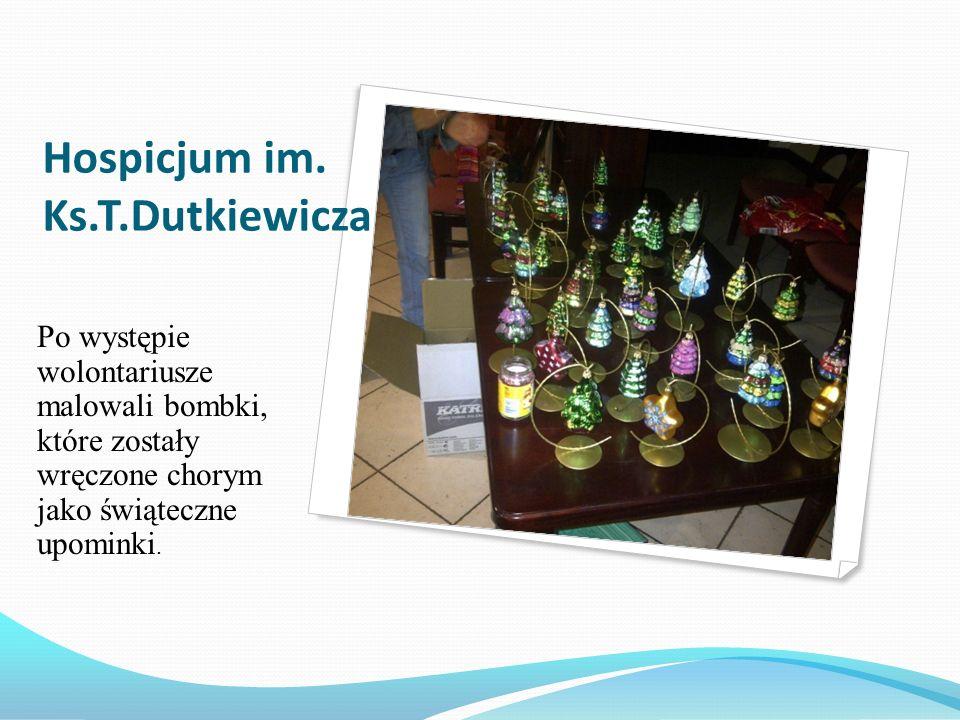 Hospicjum im. Ks.T.Dutkiewicza Po występie wolontariusze malowali bombki, które zostały wręczone chorym jako świąteczne upominki.