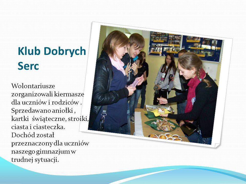Klub Dobrych Serc Wolontariusze zorganizowali kiermasze dla uczniów i rodziców. Sprzedawano aniołki, kartki świąteczne, stroiki, ciasta i ciasteczka.