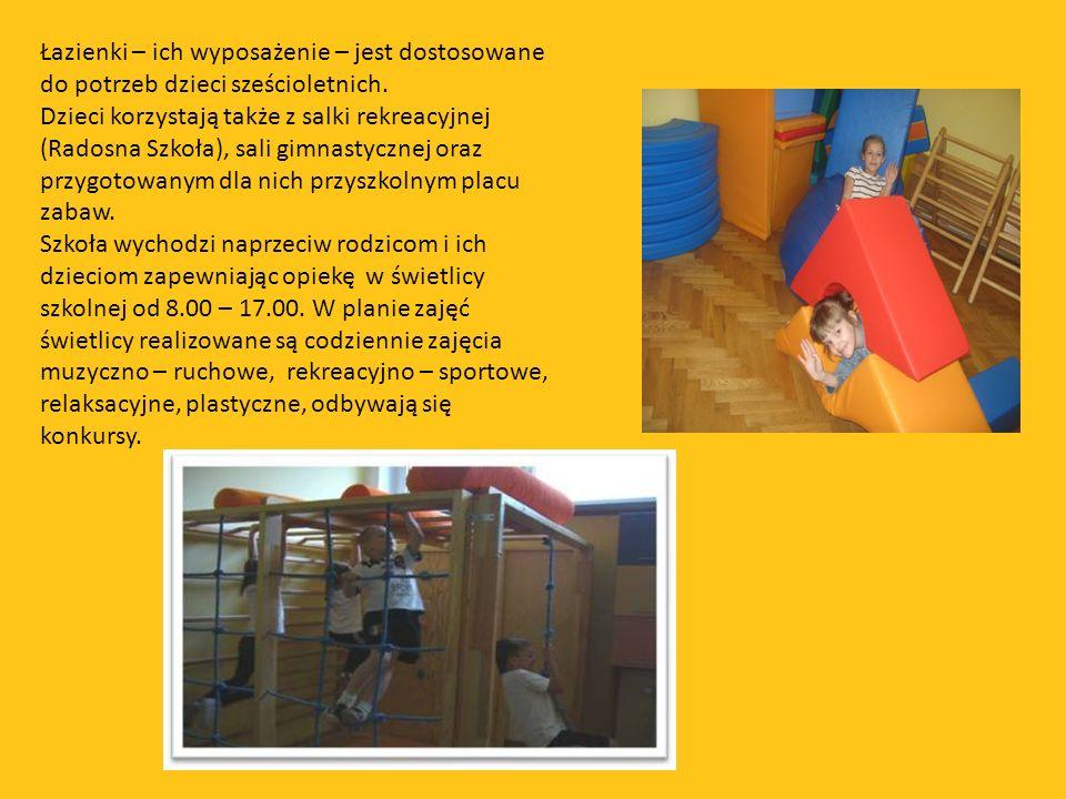 Łazienki – ich wyposażenie – jest dostosowane do potrzeb dzieci sześcioletnich. Dzieci korzystają także z salki rekreacyjnej (Radosna Szkoła), sali gi