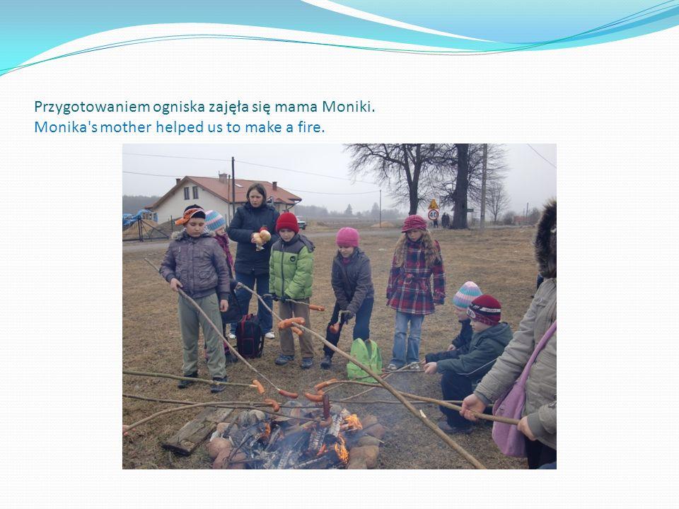 Przygotowaniem ogniska zajęła się mama Moniki. Monika's mother helped us to make a fire.