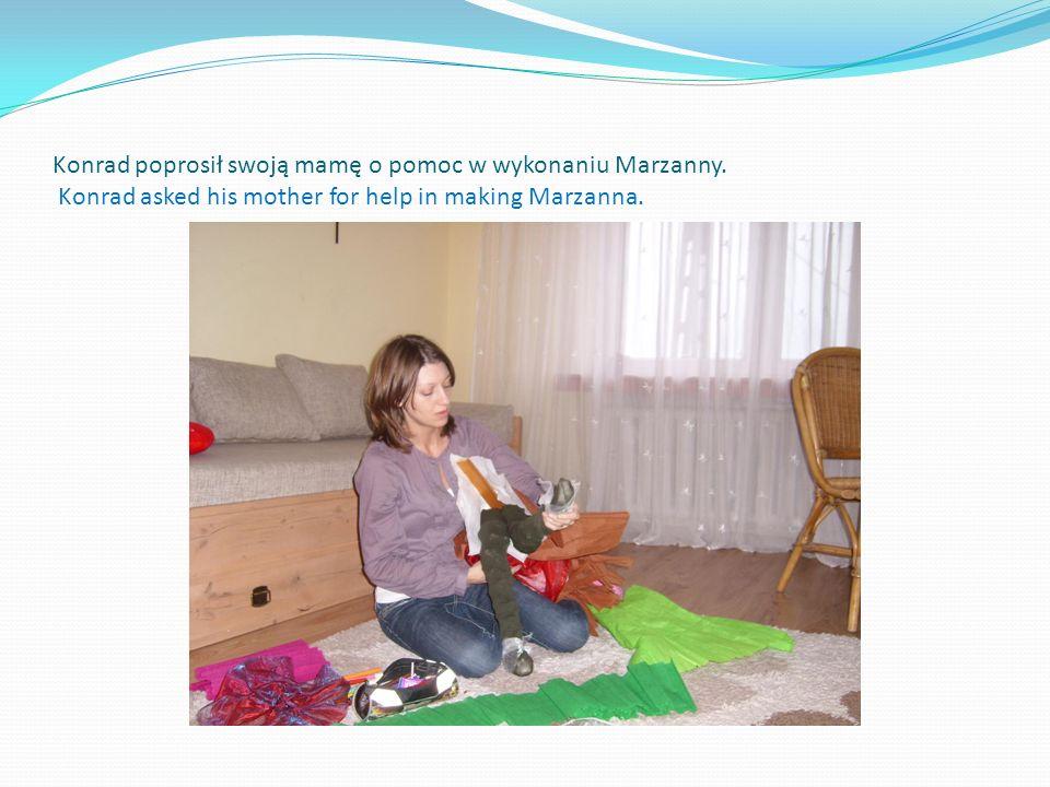 Konrad poprosił swoją mamę o pomoc w wykonaniu Marzanny. Konrad asked his mother for help in making Marzanna.
