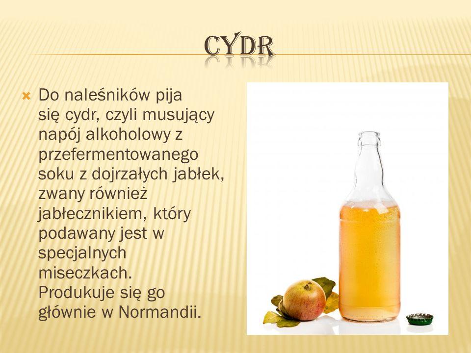 Do naleśników pija się cydr, czyli musujący napój alkoholowy z przefermentowanego soku z dojrzałych jabłek, zwany również jabłecznikiem, który podawan