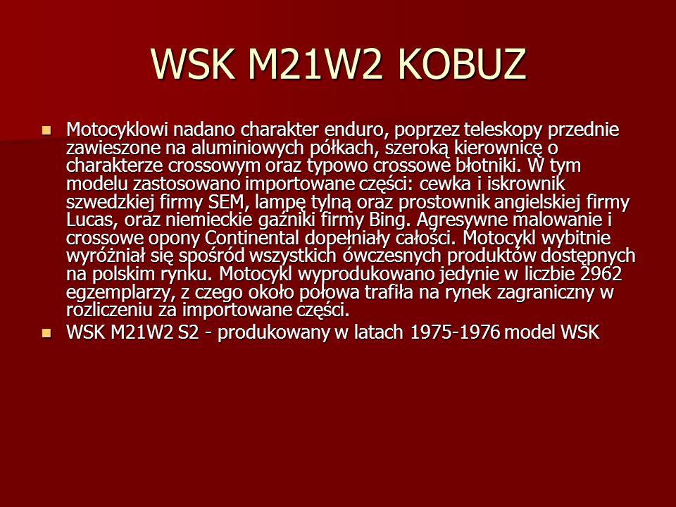 WSK M21W2 KOBUZ Motocyklowi nadano charakter enduro, poprzez teleskopy przednie zawieszone na aluminiowych półkach, szeroką kierownicę o charakterze crossowym oraz typowo crossowe błotniki.