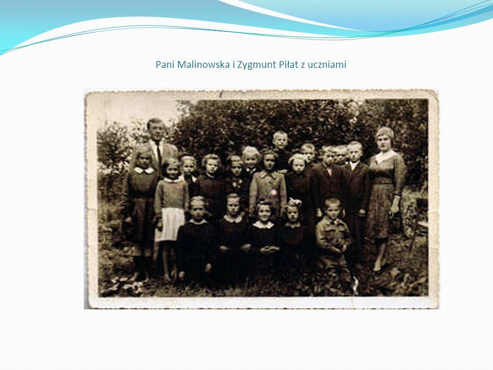 Pani Malinowska i Zygmunt Piłat z uczniami