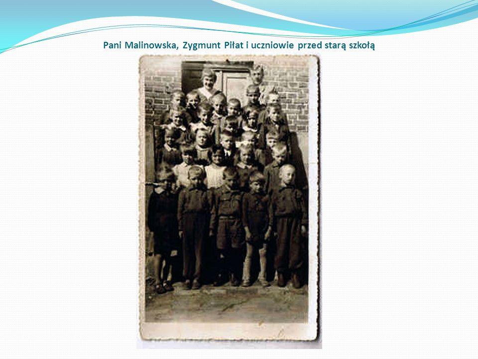 Pani Malinowska, Zygmunt Piłat i uczniowie przed starą szkołą