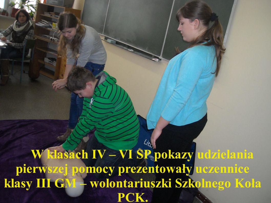 W klasach IV – VI SP pokazy udzielania pierwszej pomocy prezentowały uczennice klasy III GM – wolontariuszki Szkolnego Koła PCK.