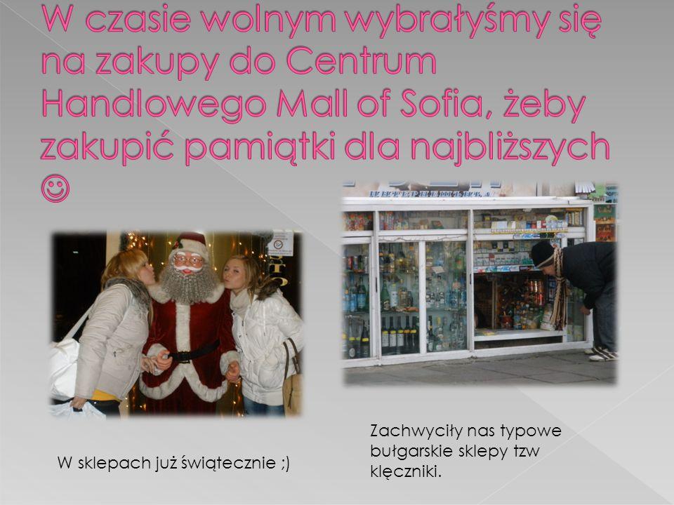 Zachwyciły nas typowe bułgarskie sklepy tzw klęczniki. W sklepach już świątecznie ;)