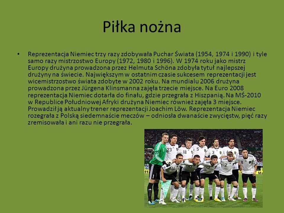 Piłka nożna Reprezentacja Niemiec trzy razy zdobywała Puchar Świata (1954, 1974 i 1990) i tyle samo razy mistrzostwo Europy (1972, 1980 i 1996). W 197