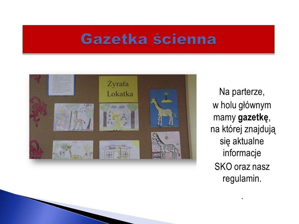 Na parterze, w holu głównym mamy gazetkę, na której znajdują się aktualne informacje SKO oraz nasz regulamin..