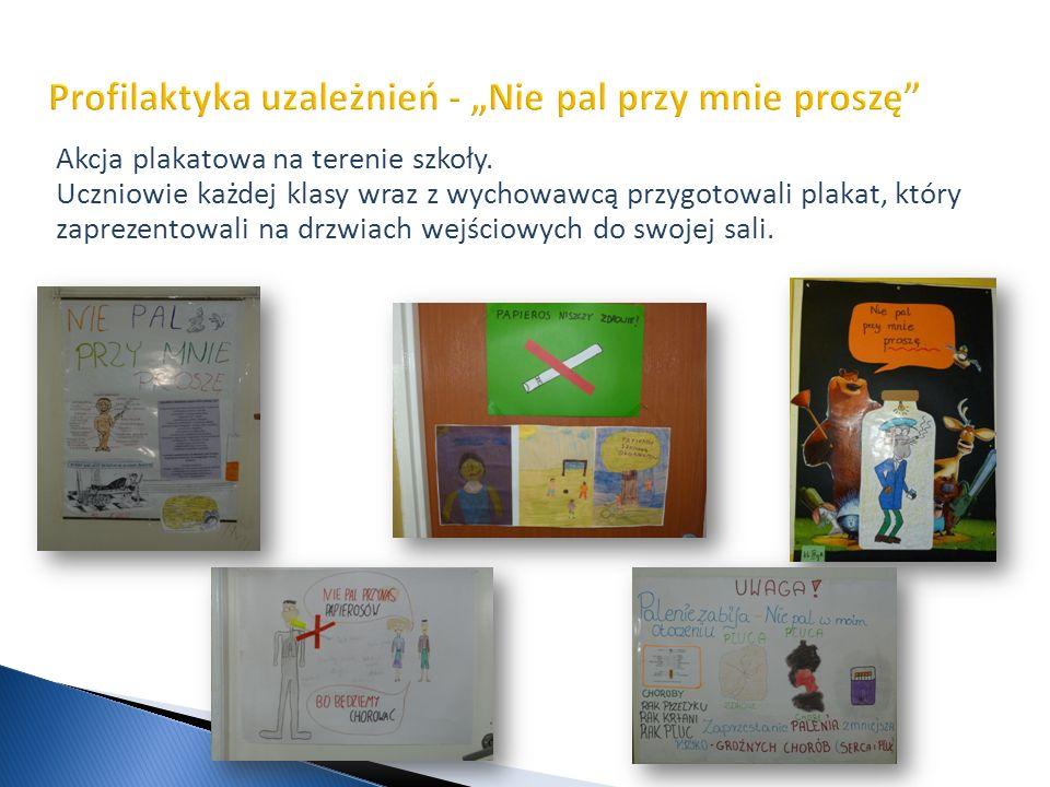 Akcja plakatowa na terenie szkoły. Uczniowie każdej klasy wraz z wychowawcą przygotowali plakat, który zaprezentowali na drzwiach wejściowych do swoje