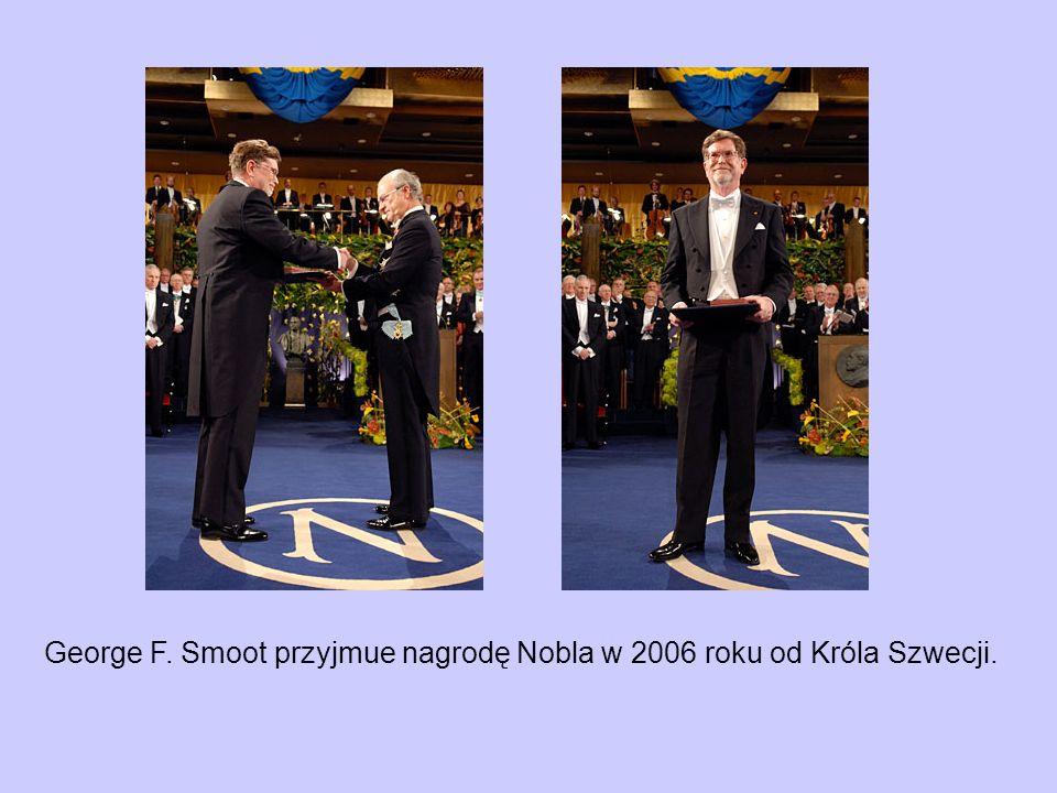 George F. Smoot przyjmue nagrodę Nobla w 2006 roku od Króla Szwecji.