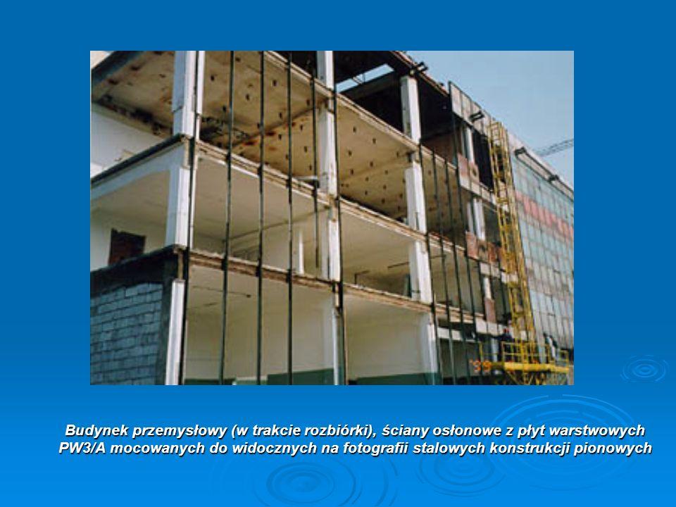 Budynek przemysłowy (w trakcie rozbiórki), ściany osłonowe z płyt warstwowych PW3/A mocowanych do widocznych na fotografii stalowych konstrukcji piono