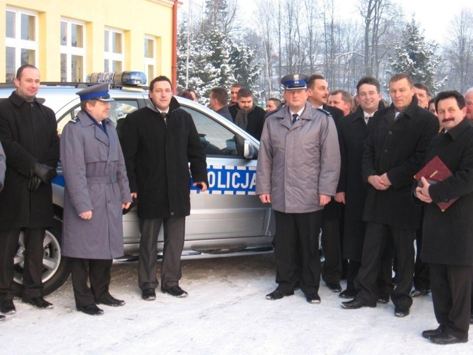 ŚRODKI TRANSPORTOWE – WIEK EKSPLOATOWANYCH POJAZDÓW W 2008 roku KPP w Bochni pozyskała na wyposażenie 4 pojazdy służbowe: Osobowe – Kia Ceed - 75 000
