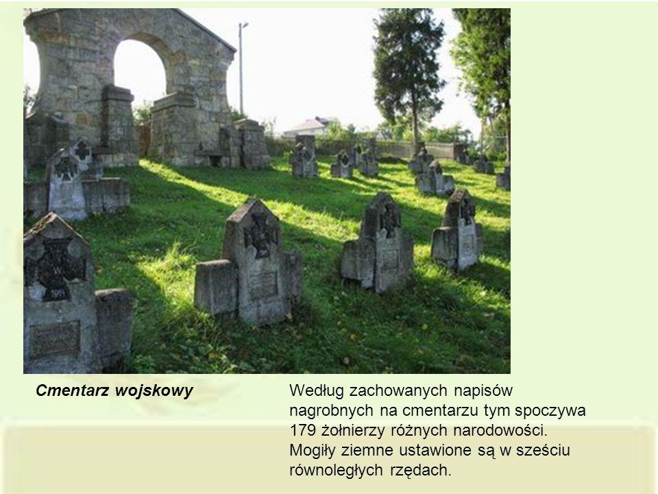 Cmentarz wojskowy Według zachowanych napisów nagrobnych na cmentarzu tym spoczywa 179 żołnierzy różnych narodowości. Mogiły ziemne ustawione są w sześ