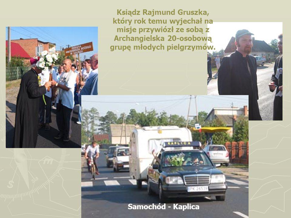 Ksiądz Rajmund Gruszka, który rok temu wyjechał na misje przywiózł ze sobą z Archangielska 20-osobową grupę młodych pielgrzymów. Samochód - Kaplica