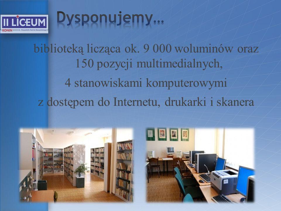 biblioteką licząca ok. 9 000 woluminów oraz 150 pozycji multimedialnych, 4 stanowiskami komputerowymi z dostępem do Internetu, drukarki i skanera