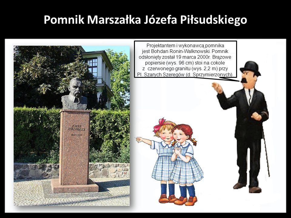 Pomnik Adama Mickiewicza. Dzieło projektu Sławomira Lewińskiego odsłonięte zostało 3 maja1960r. z okazji Tysiąclecia Państwa Polskiego. Betonowy posąg