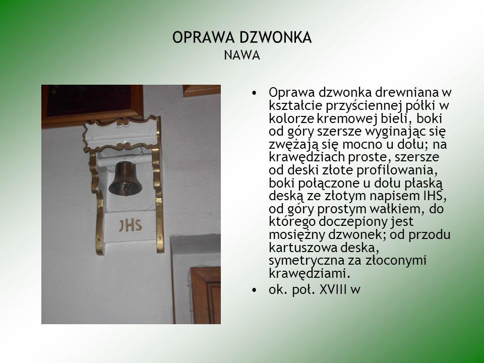 OPRAWA DZWONKA NAWA Oprawa dzwonka drewniana w kształcie przyściennej półki w kolorze kremowej bieli, boki od góry szersze wyginając się zwężają się mocno u dołu; na krawędziach proste, szersze od deski złote profilowania, boki połączone u dołu płaską deską ze złotym napisem IHS, od góry prostym wałkiem, do którego doczepiony jest mosiężny dzwonek; od przodu kartuszowa deska, symetryczna za złoconymi krawędziami.