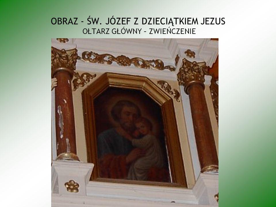 Obraz przedstawiający Chrzest Chrystusa osadzony w środkowej części zaplecka chrzcielnicy posiada formę wydłużonego prostokąta lekko zwężającego się ku górze i zwieńczonego w formie łuku budowanego ceowników; po prawej stronie obrazu postać Chrystusa stojącego w rzece w ujęciu ¾ na prawo, z głową przechyloną na lewe ramię, ręce obwiedzione brązowym konturem skrzyżowane na piersiach, twarz okolona jasnobrązowymi falującymi włosami i krótkim zarostem, oczy jasne,, brwi cienkie wydłużone, nos prosty, karnacja ciała naturalna, biodra owinięte białym drapowanym perizonium zawiązanym na lewym boku i powiewającym jednym końcem z lewej strony, po stronie prawej kompozycji postać św.