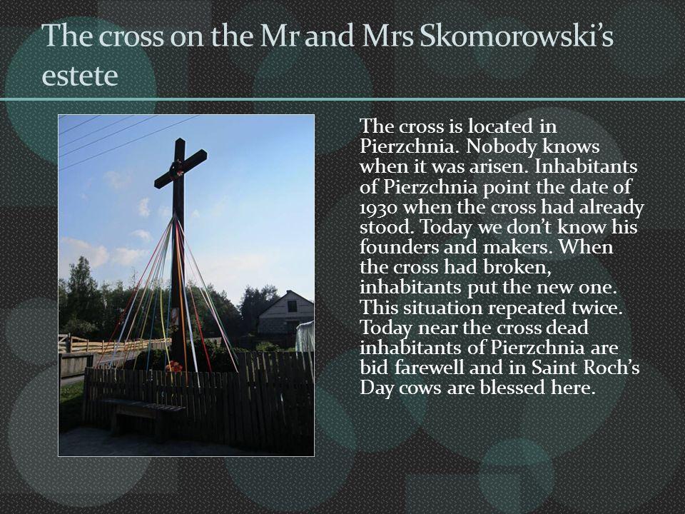 WYGLĄD: Jest to dębowy krzyż o wysokości 5m.Obok krzyża, na podwyższeniu, stoją białe figurki św.