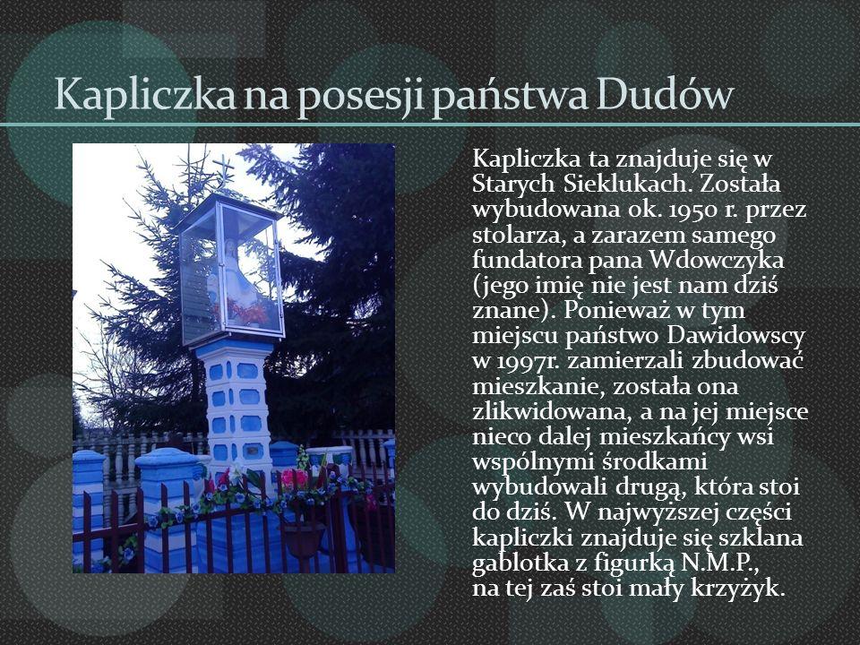 Kapliczka na posesji państwa Dudów Kapliczka ta znajduje się w Starych Sieklukach. Została wybudowana ok. 1950 r. przez stolarza, a zarazem samego fun