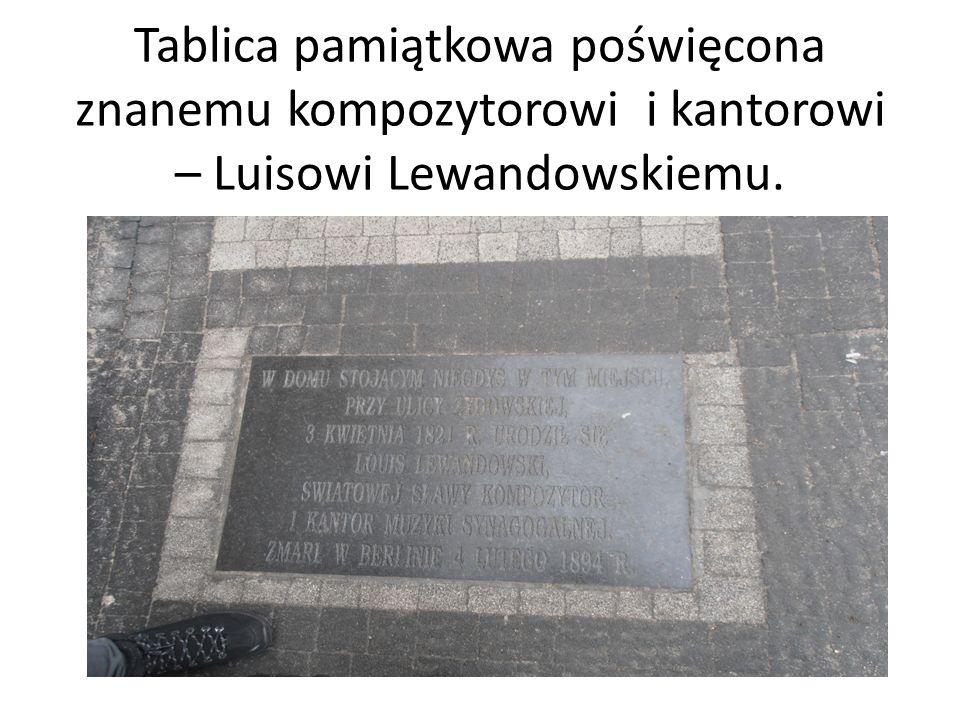 Tablica pamiątkowa poświęcona znanemu kompozytorowi i kantorowi – Luisowi Lewandowskiemu.