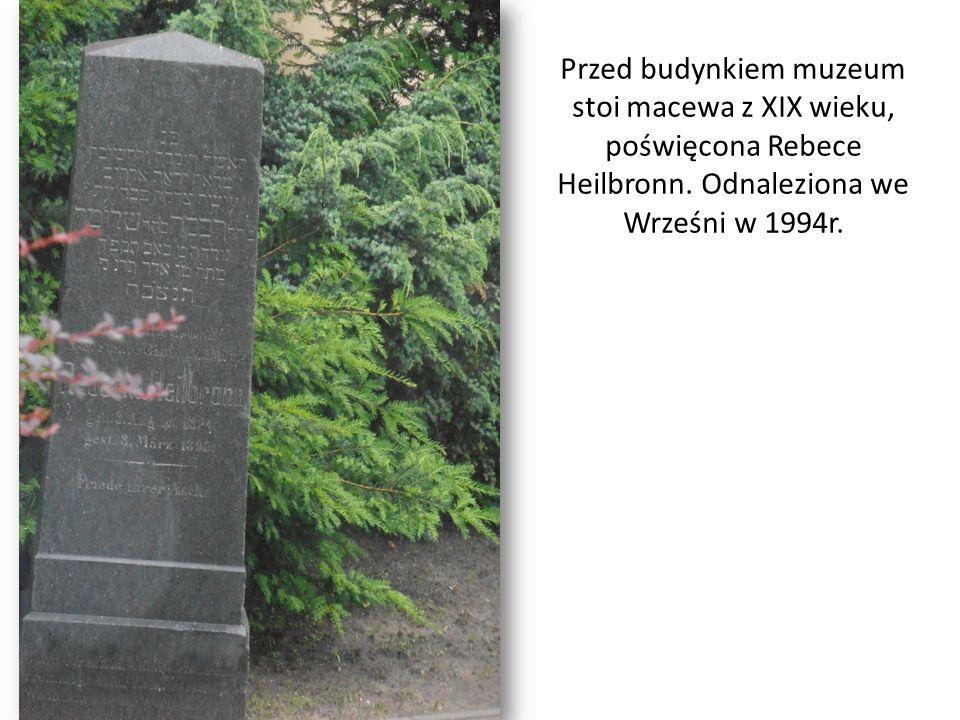 Przed budynkiem muzeum stoi macewa z XIX wieku, poświęcona Rebece Heilbronn. Odnaleziona we Wrześni w 1994r.