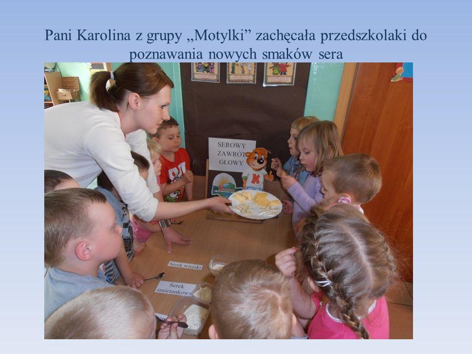 Pani Karolina z grupy Motylki zachęcała przedszkolaki do poznawania nowych smaków sera