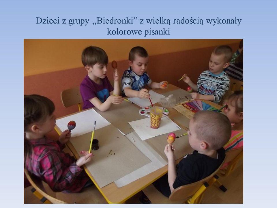 Dzieci z grupy Biedronki z wielką radością wykonały kolorowe pisanki