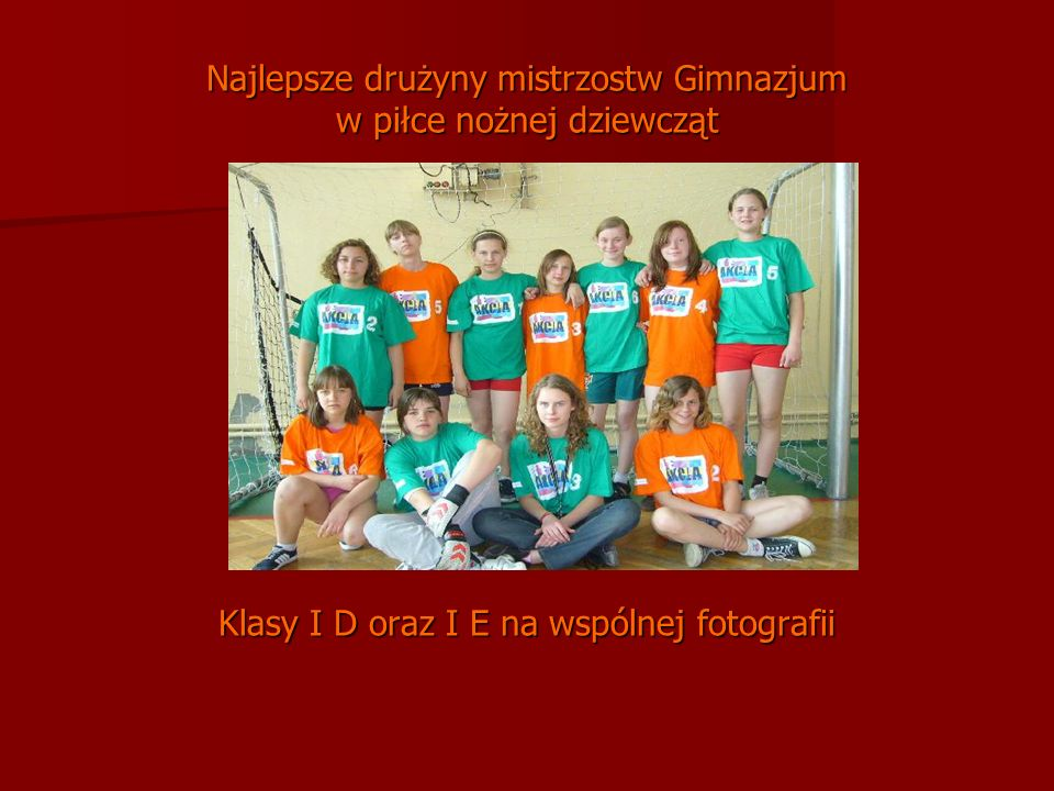 Najlepsze drużyny mistrzostw Gimnazjum w piłce nożnej dziewcząt Klasy I D oraz I E na wspólnej fotografii