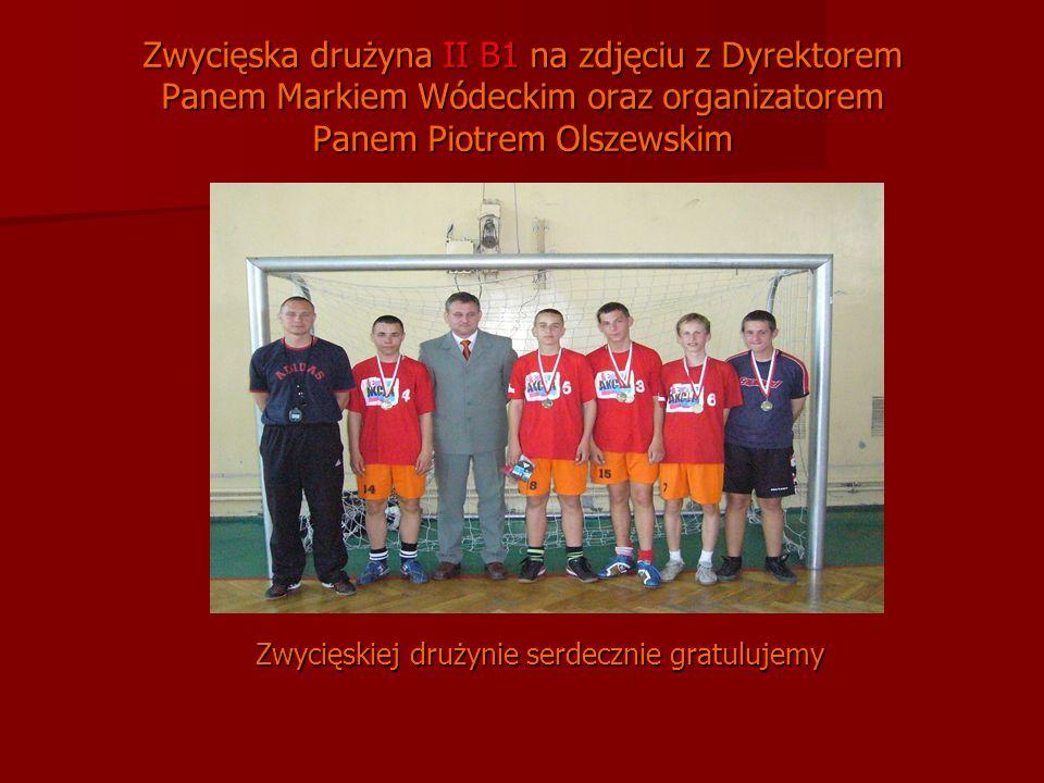 Zwycięska drużyna II B1 na zdjęciu z Dyrektorem Panem Markiem Wódeckim oraz organizatorem Panem Piotrem Olszewskim Zwycięskiej drużynie serdecznie gratulujemy