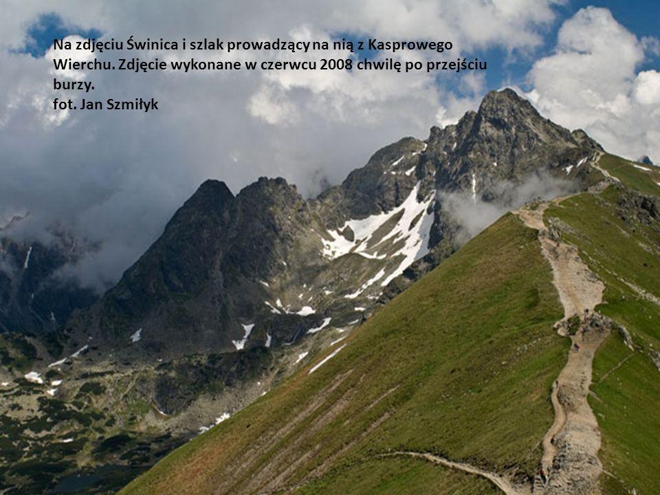 Na zdjęciu jeden z najbardziej obleganych polskich szczytów w Tatrach - Giewont. Zdjęcie wykonane w czerwcu 2008 roku z Gubałówki,w pochmurny dzień pr