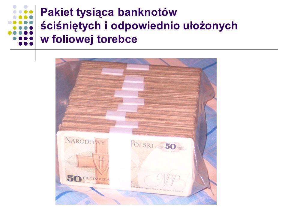 Pakiet tysiąca banknotów ściśniętych i odpowiednio ułożonych w foliowej torebce