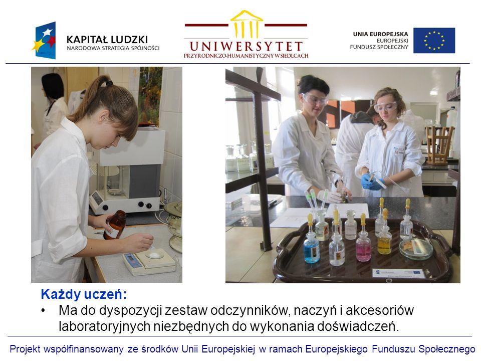 Każdy uczeń: Ma do dyspozycji zestaw odczynników, naczyń i akcesoriów laboratoryjnych niezbędnych do wykonania doświadczeń.