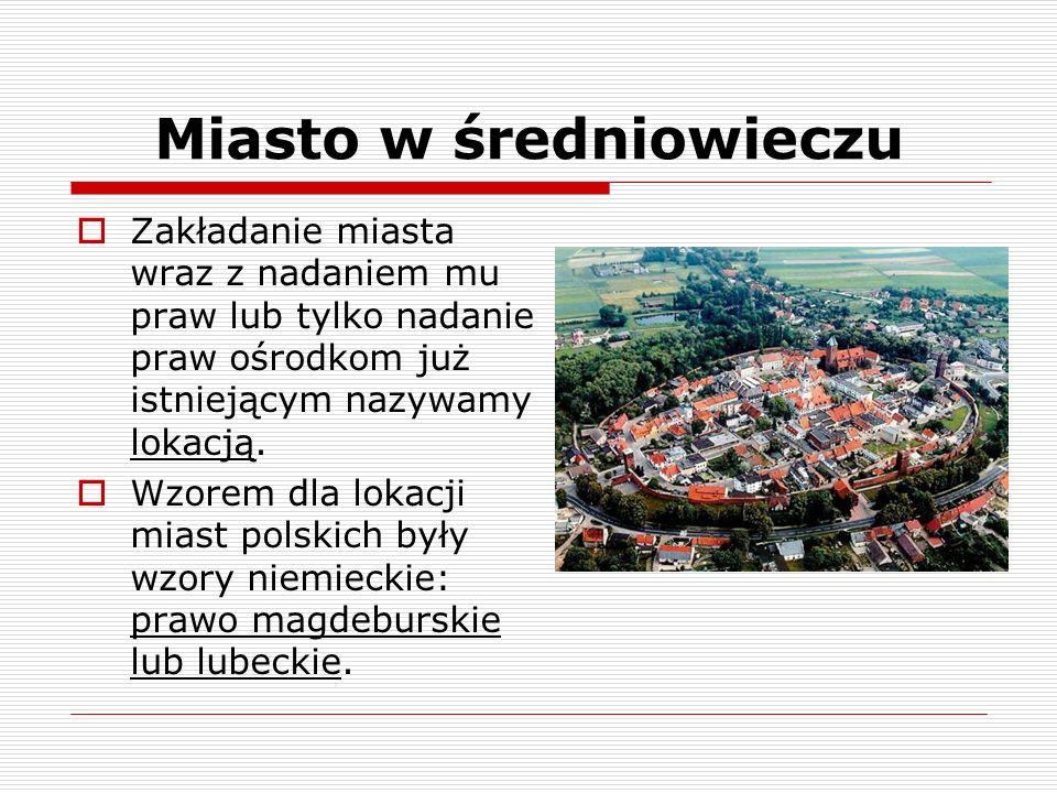 Miasto w średniowieczu Średniowieczny układ miasta: -na środku rynek -na rynku ratusz (siedziba władz miejskich) -obok ratusza pręgierz i waga miejska -ulice przecinające się pod kątem prostym -miasto otaczano murami obronnymi