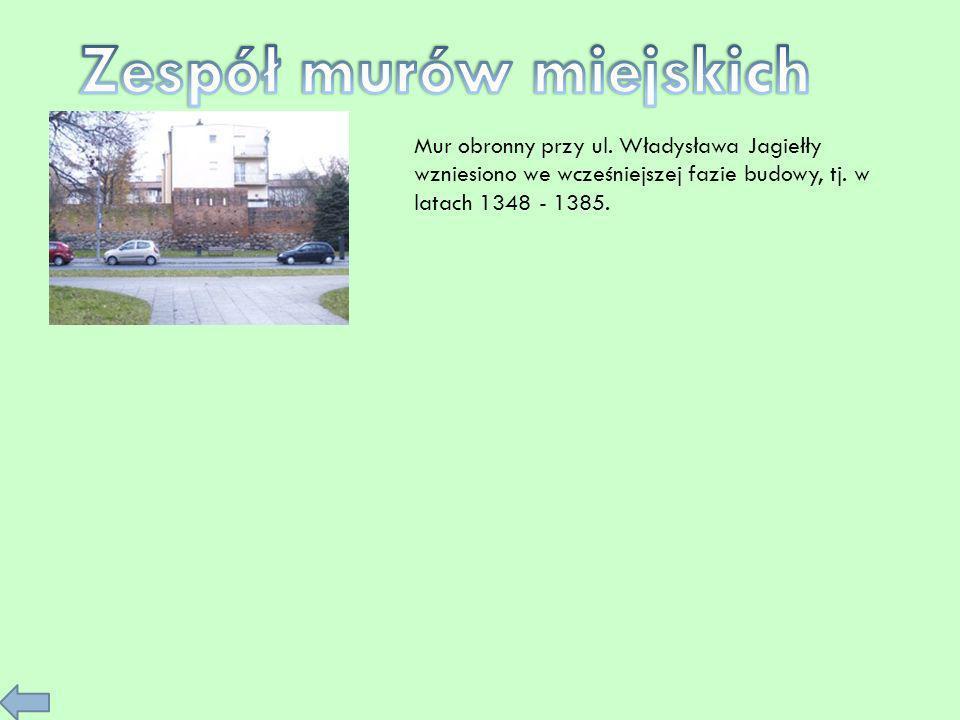 Mur obronny przy ul. Władysława Jagiełły wzniesiono we wcześniejszej fazie budowy, tj. w latach 1348 - 1385.