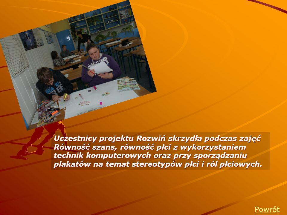 Uczestnicy projektu Rozwiń skrzydła podczas zajęć Równość szans, równość płci z wykorzystaniem technik komputerowych oraz przy sporządzaniu plakatów n
