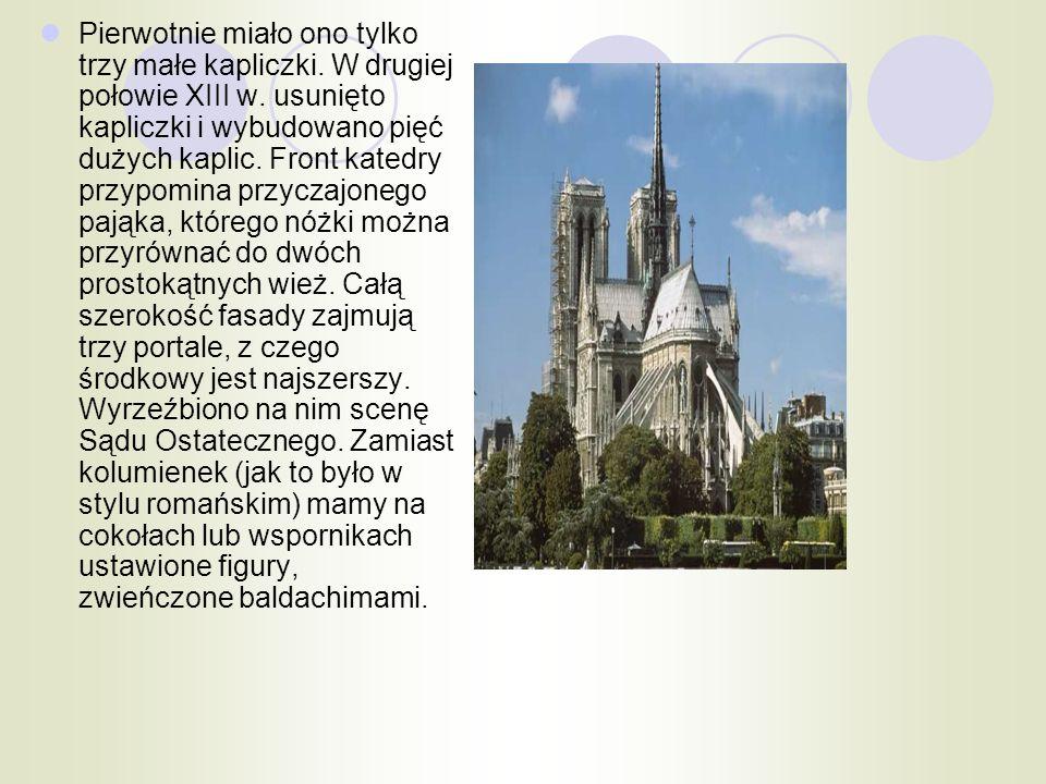 Pierwotnie miało ono tylko trzy małe kapliczki. W drugiej połowie XIII w. usunięto kapliczki i wybudowano pięć dużych kaplic. Front katedry przypomina