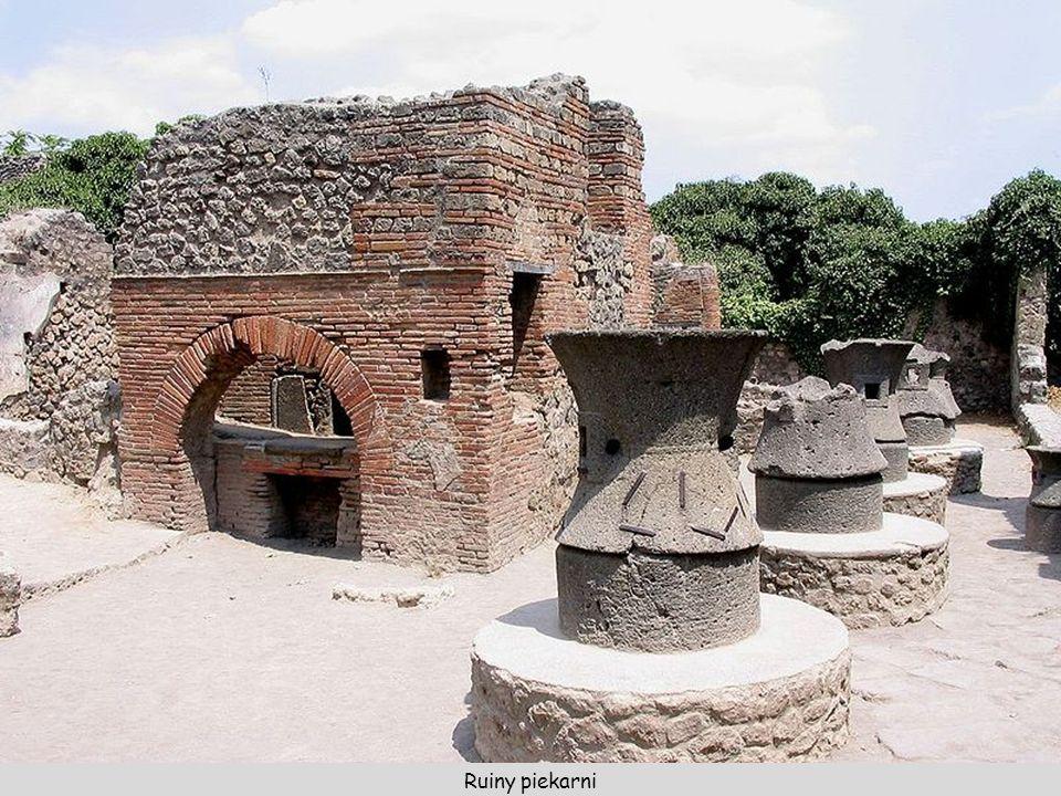 Amfiteatr – zbudowany w 80 p.n.e., mógł pomieścić 20000 widzów. Budowla miała wymiary 135 × 104 m.